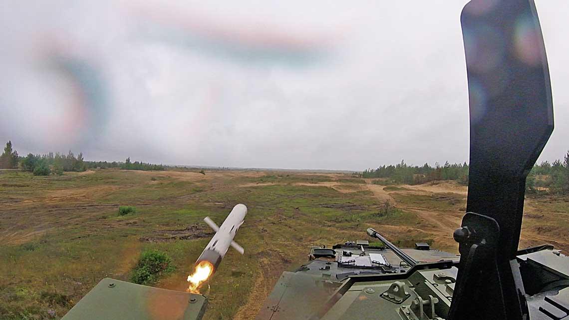 Odpalenie pocisku Spike-LR zwloskiego kolowego wozu bojowego VBM Freccia podczas wspolnych cwiczen zKanadyjczykami na poligonie na Lotwie w2017 r.