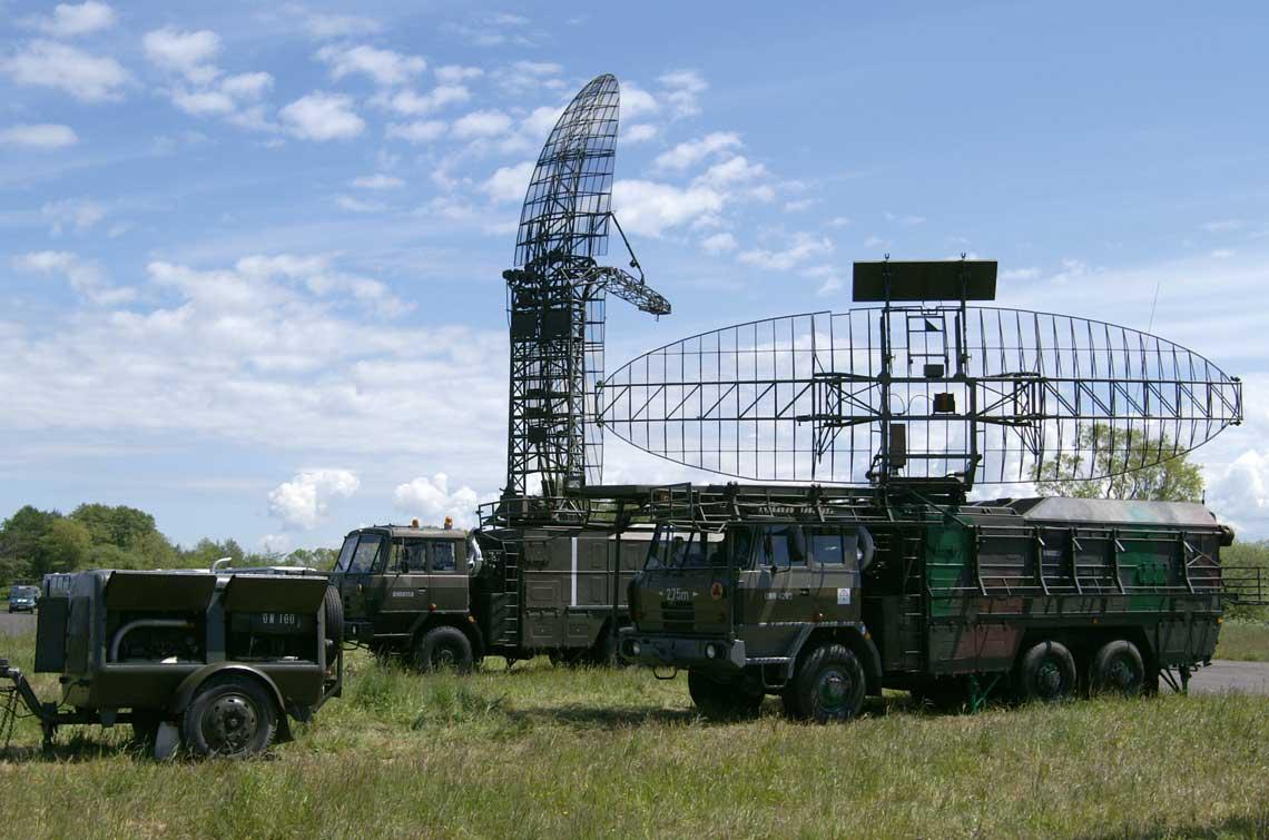 Kompletny zestaw radiolokacyjny – odleglosciomierz N-31 i wysokosciomierz N-41 z agregatem pradotworczym – rozstawiony do pracy bojowej. Fot. R. Rochowicz