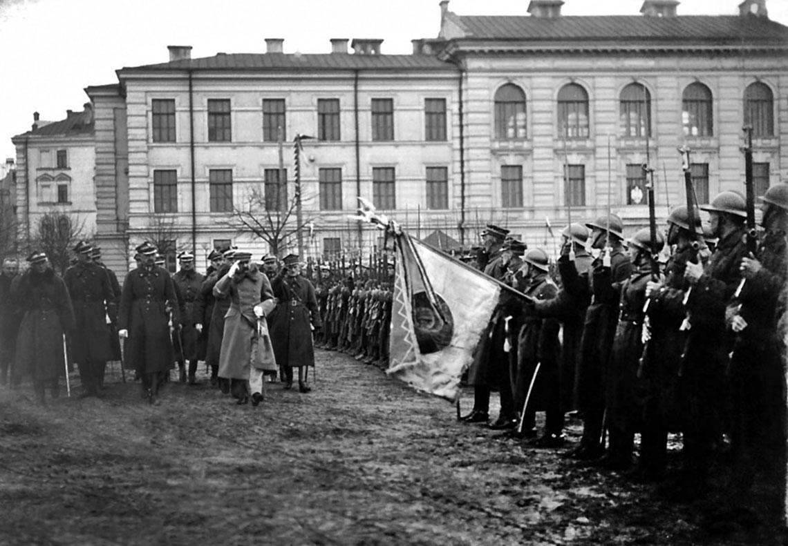 General Edward Smigly-Rydz prezentuje naczelnikowi panstwa Jozefowi Pilsudskiemu wojska, ktore wyzwolily Wilno w kwietniu 1919 r.