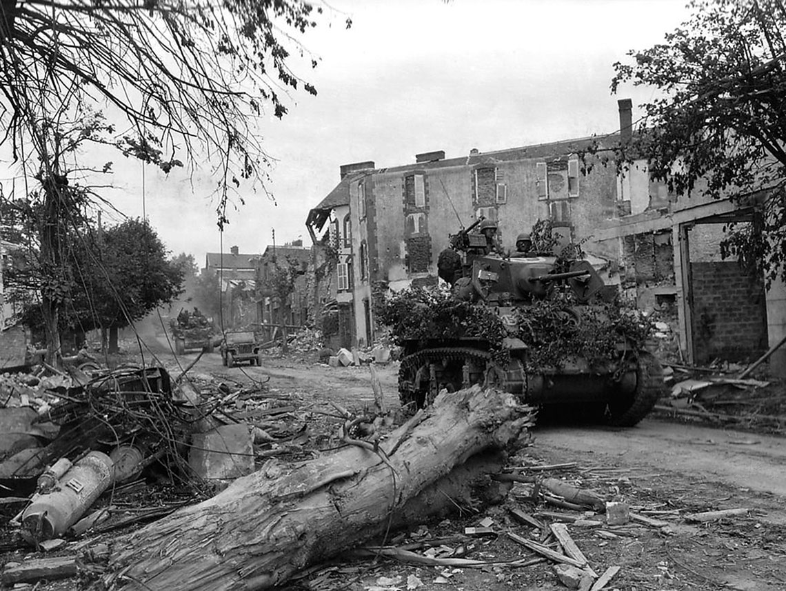 Czolgi lekkie M5A1 Stuart nalezace do 4. Dywizji Pancernej. Wozow tego typu uzywano glownie do rozpoznania, ale takze do wsparcia piechoty zmechanizowanej.