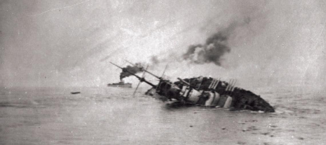 Ranek 10 czerwca 1918 r., wody na zachod od adriatyckiej wyspy Premuda. Storpedowany przez wloski kuter torpedowy MAS 15 austro-wegierski pancernik Szent István na krotko przed zatonieciem.