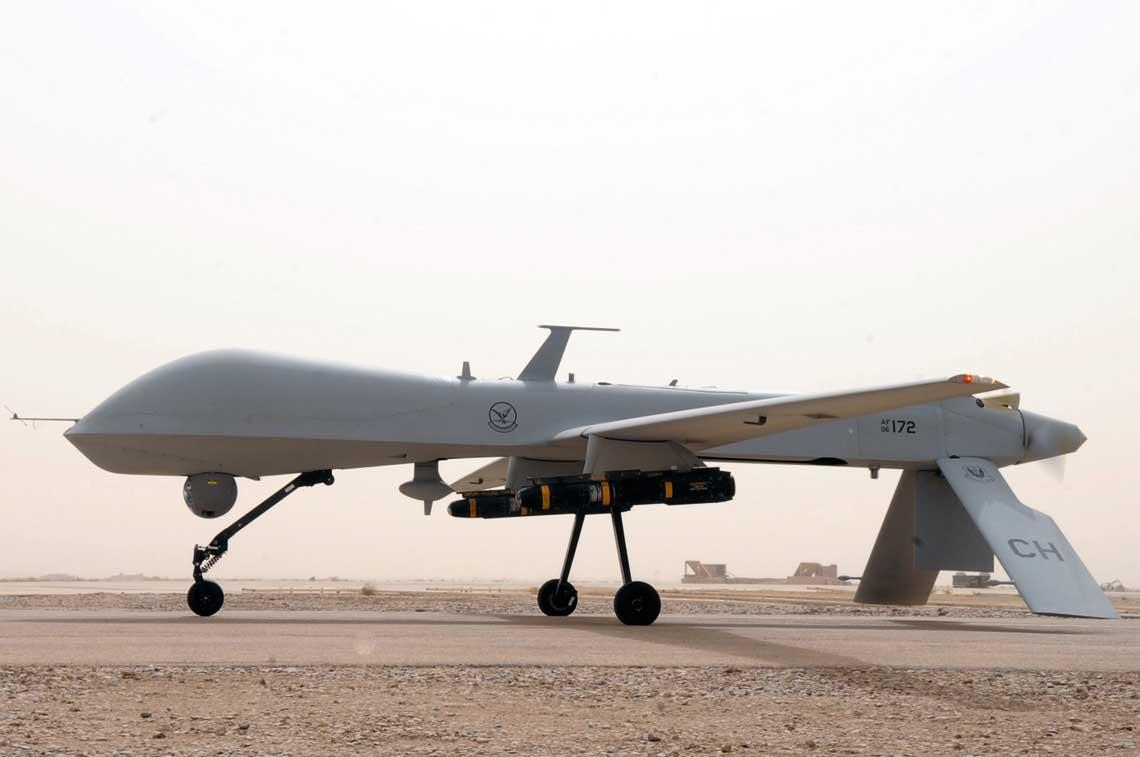 """Samolot MQ-1 Predator A na drodze startowej w gotowosci do automatycznego startu na zadanie bojowe  w ramach operacji """"Iraqi Freedom"""". Fot. USAF"""