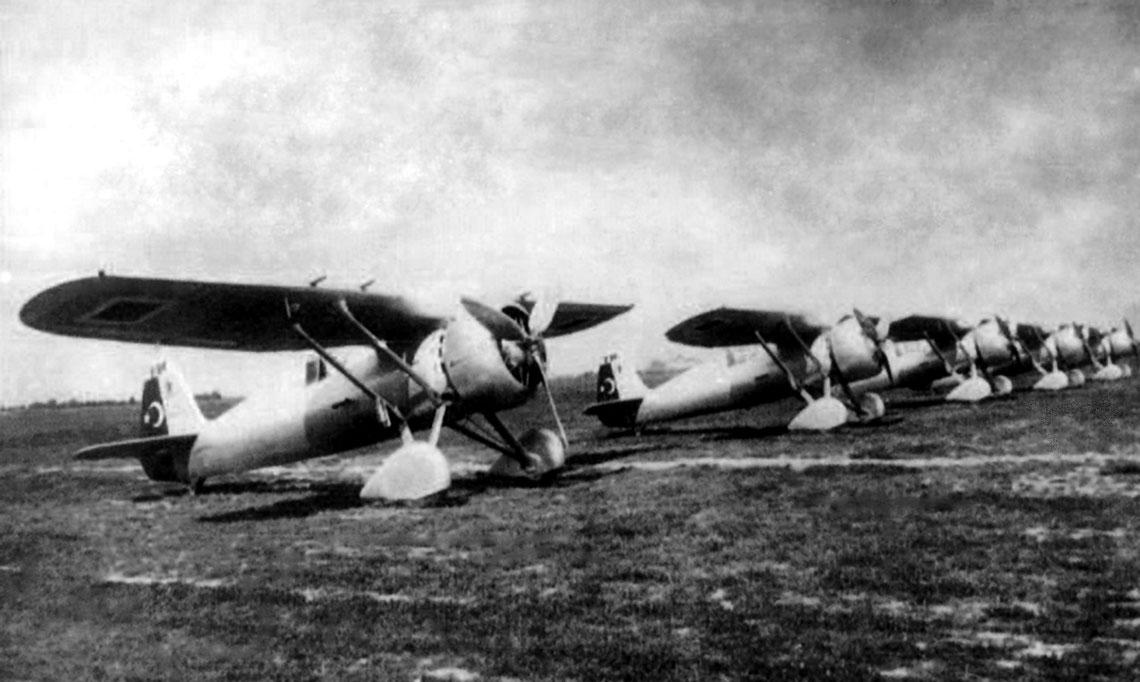 Jesien 1936 r., lotnisko Okecie, Warszawa: pierwsze samoloty mysliwskie PZL-24C w tureckich barwach. Zakupy mysliwcow tego typu w Polsce byly udane, ale produkcja w Turcji napotkala wiele trudnosci.