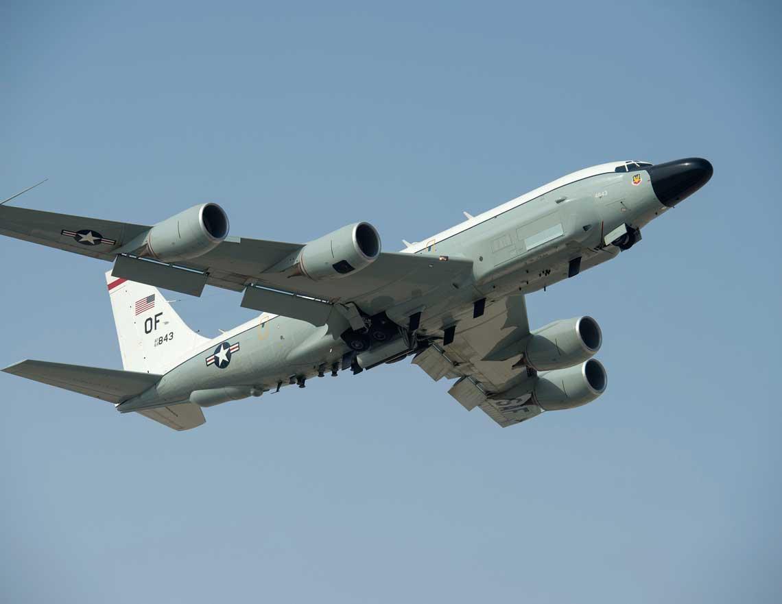 """18 lipca 2017 r. – RC-135V Rivet Joint startuje z bazy Al Udeid w Katarze do kolejnej misji  w ramach operacji """"Inherent Resolve"""". Fot. USAF"""