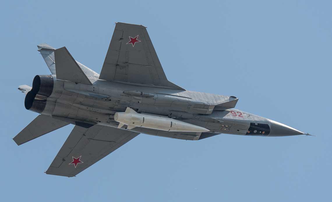 Samolot MiG-31K z pociskiem balistycznym Iskander pod kadlubem. Fot. Piotr Butowski