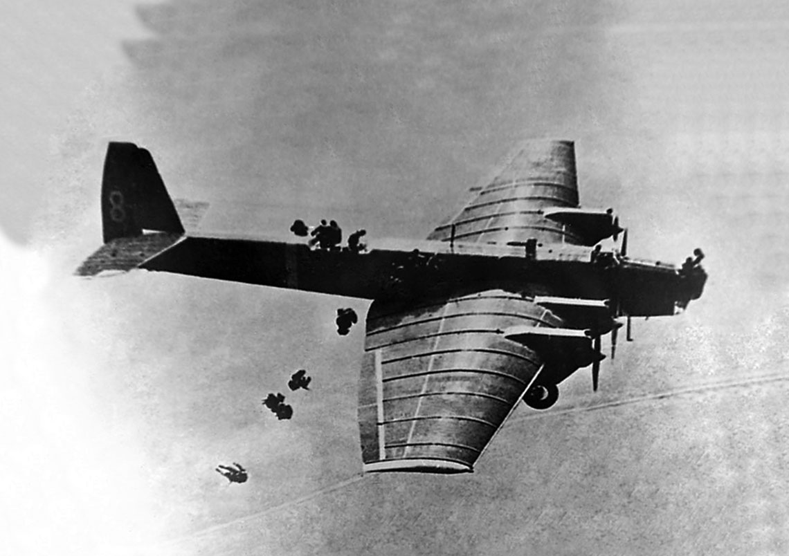 Desant sowieckich spadochroniarzy z samolotu bombowego Tupolew TB-3.