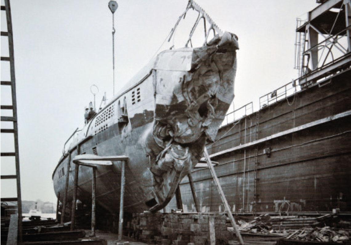 Ulven na doku plywajacym stoczni Eriksbergs Mekaniska Verkstads w Göteborgu, podczas inspekcji. Widac uszkodzenie dziobu powstale w wyniku uderzenia okretu o dno. Fot. Sjöhistoriska Museet