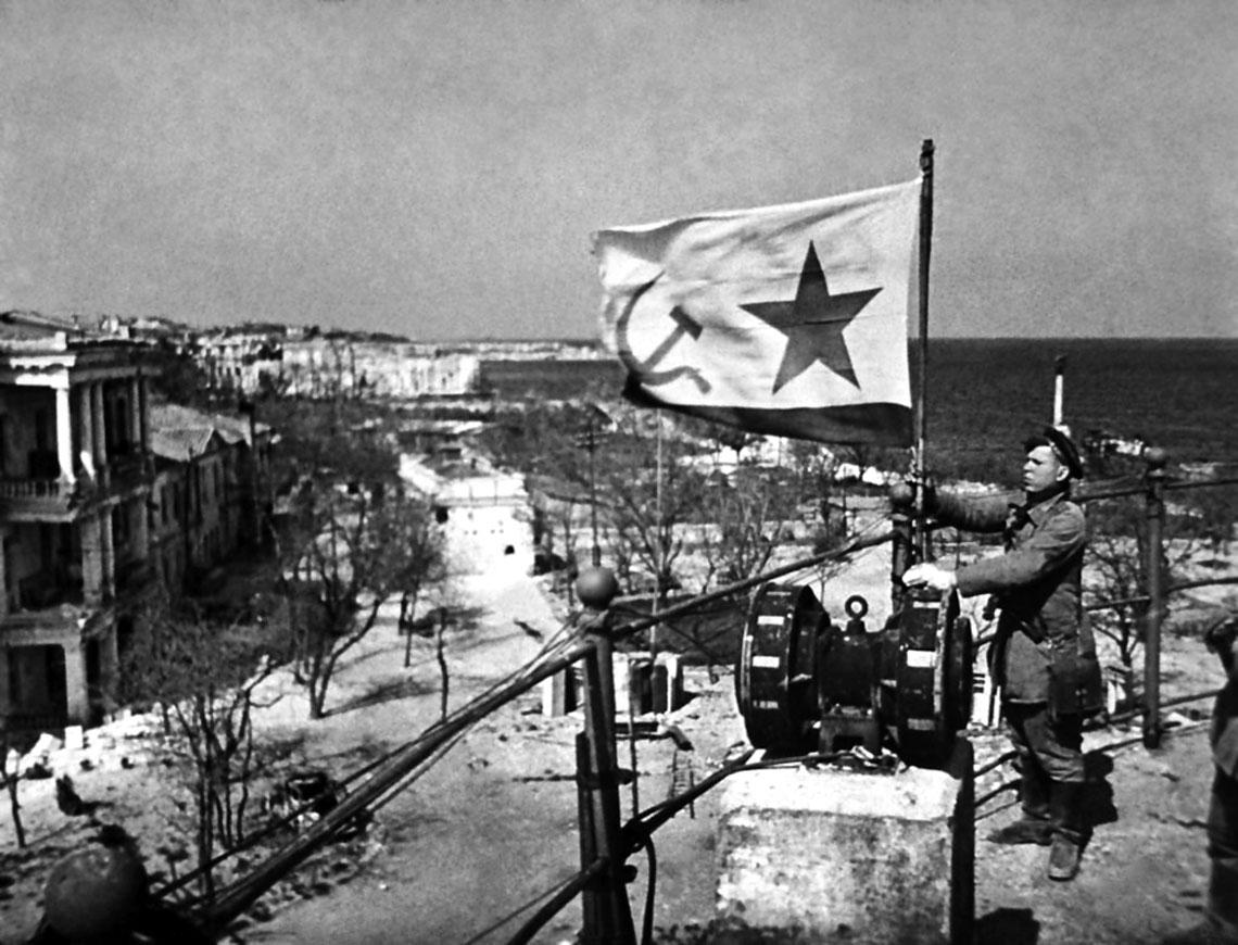 Wyzwolenie Krymu trwalo od 8 kwietnia do 12 maja 1944 r. Wojska sowieckie zaatakowaly pozycje niemieckie zpolnocy, z przesmyku perekopskiego i ze wschodu, z Polwyspu Kerczynskiego.