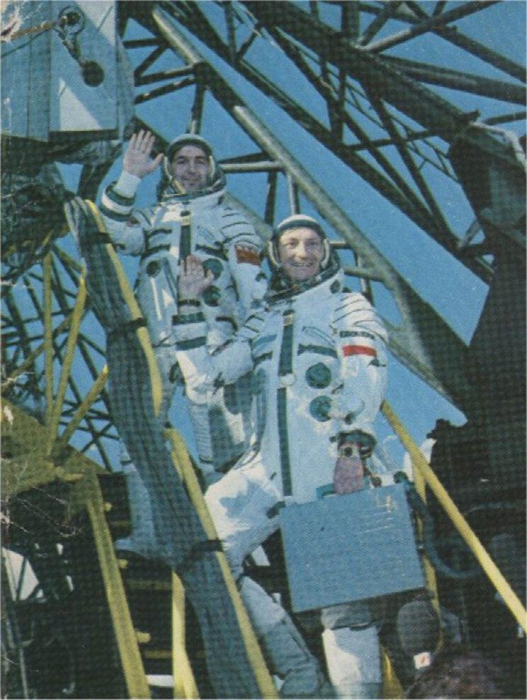 Załoga przed wejściem do statku kosmicznego Sojuz-30.