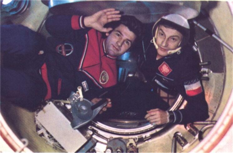 Kosmonauci wpływają do wnętrza stacji orbitalnej.