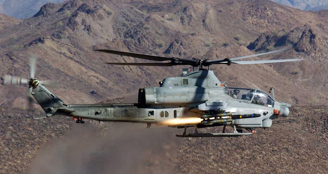 Smiglowiec szturmowy AH-1Z Viper wystrzeliwuje pocisk AGM-114R Hellfire II podczas testu, ktory mial miejsce 24 czerwca 2004 r. Fot Lockheed Martin
