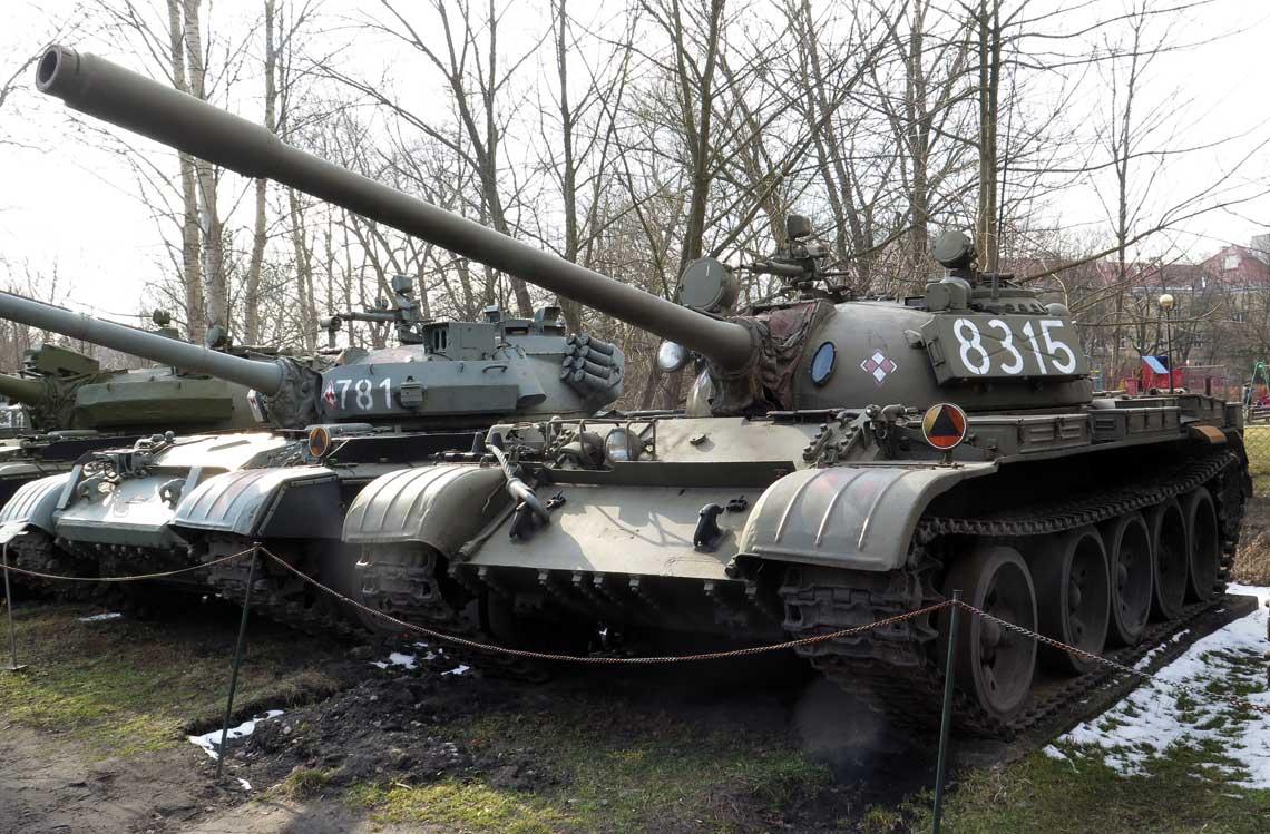 Czolg T-55 – widoczny otwor kursowego karabinu maszynowego w przednim pancerzu ponizej falochronu oraz masywne sruby mocujace cokol wlazu dowodcy, cowskazuje na nieobecnosc oslony przeciwradiacyjnej.