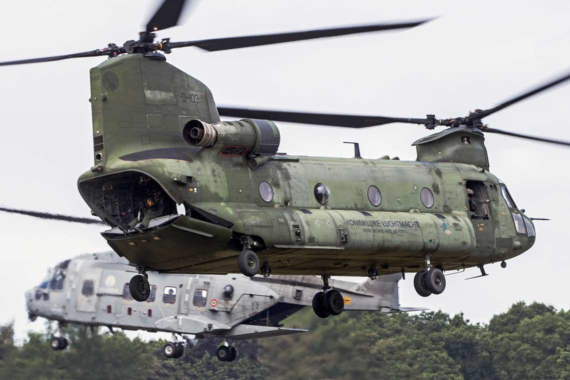 """Wloski smiglowiec EH-101 i holenderski CH-47D Chinook opuszczaja rejon akcji po podjeciu zespolu Extraction Forces oraz """"ofiary"""". Fot. Mike Schoenmaker"""