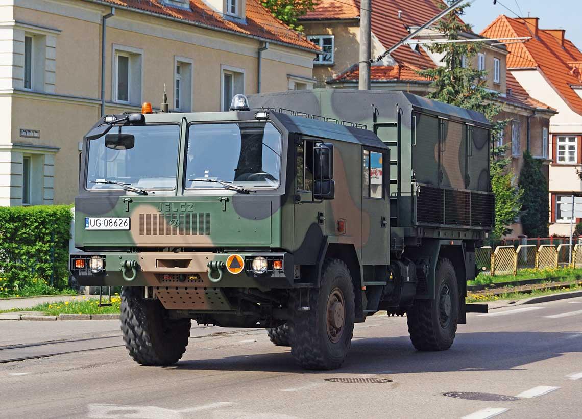 Jelcz 442.32 4×4 sukcesywnie trafia do kolejnych jednostek Wojska Polskiego. Jest on bezposrednim nastepca Stara 266. Niestety, wodroznieniu od legendarnego poprzednika zpewnoscia nie zostanie zakupiony w porownywalnej ilosci, ani nie jest konstrukcja tak awangardowa, jak 266 40 lat temu.