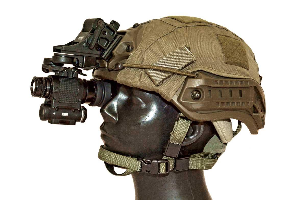 Monokular noktowizyjny MU-3MS zamocowany na helmie.
