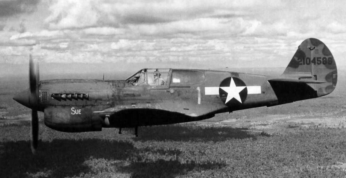 P-40N z 51. FG wraca do bazy w Indiach po ataku na japonska baze zaopatrzeniowa w Kamaing w polnocnej Birmie.