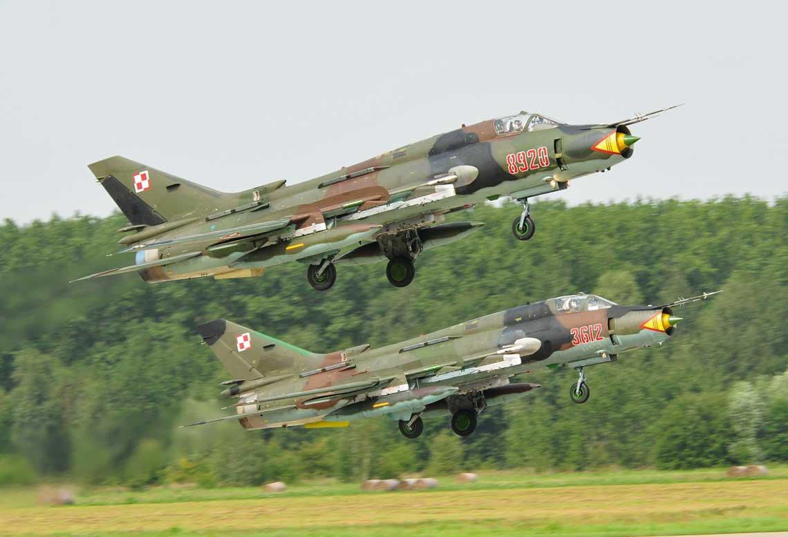 Piloci samolotow mysliwsko-bombowych Su-22 wykonuja zadania w ugrupowaniu COMAO, wspoldzialajac z wielozadaniowymi F-16 i mysliwskimi MiG-29. Fot. Adam Golabek