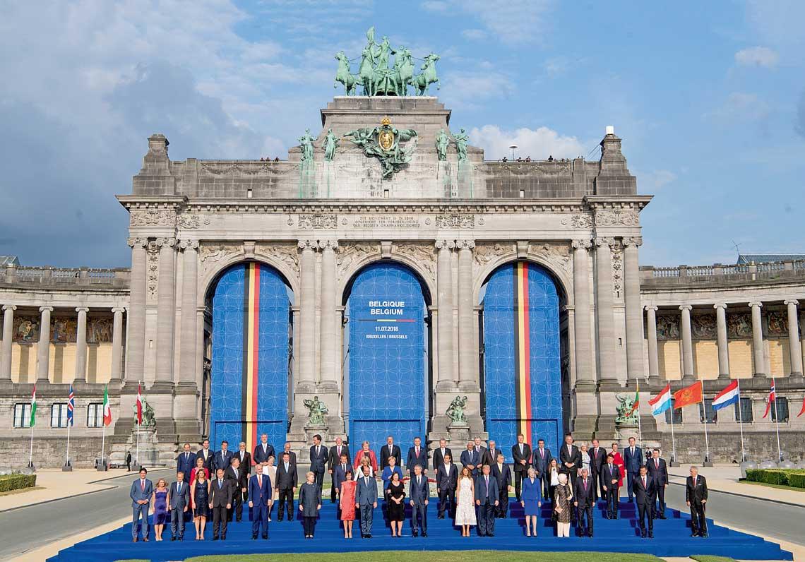 Szczyt NATO byl wydarzeniem atrakcyjnym medialnie. Zdjecie, tzw. family photo zudziałem glow iszefow rzadow państw Sojuszu.