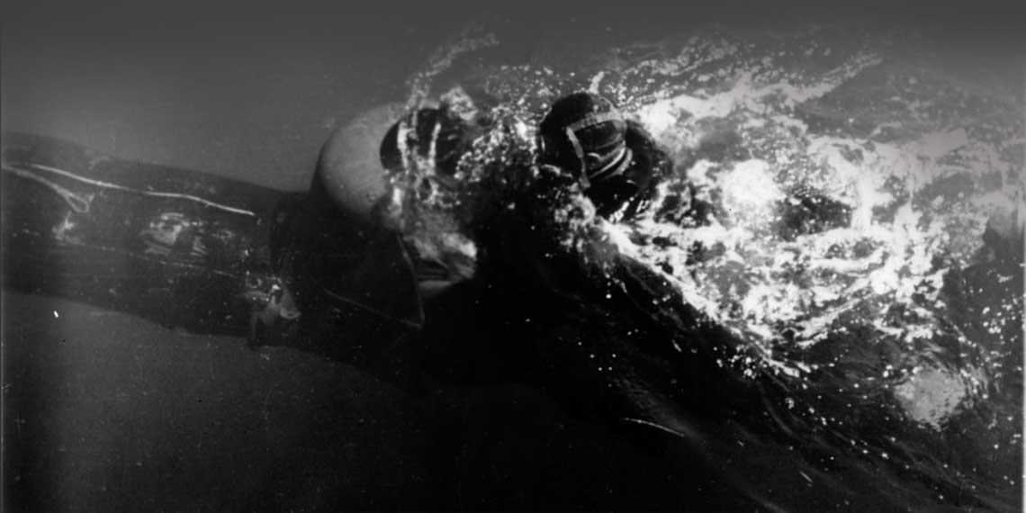 """""""Swinia"""" w marszu tuz pod powierzchnia. Fot. Ufficio Storico Marina Militare"""