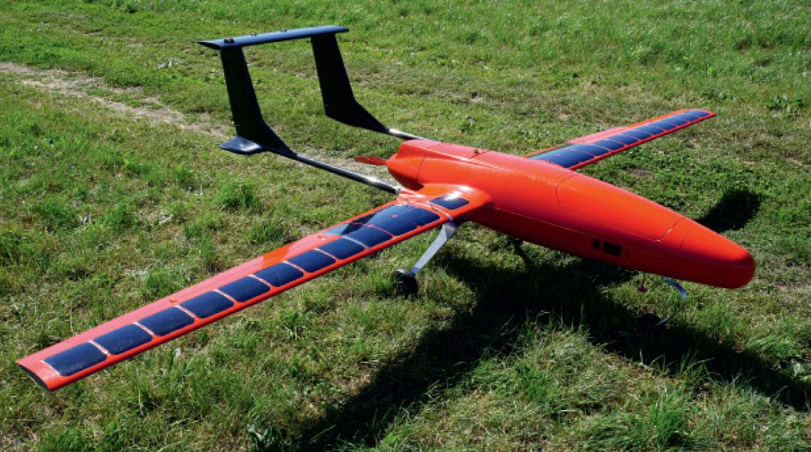 Aparat latajacy systemu Phoenix (1:10). Wyraznie widoczne ogniwa fotowoltaniczne na skrzydłach, zapewniajace zasilanie dla ladunku uzytecznego.