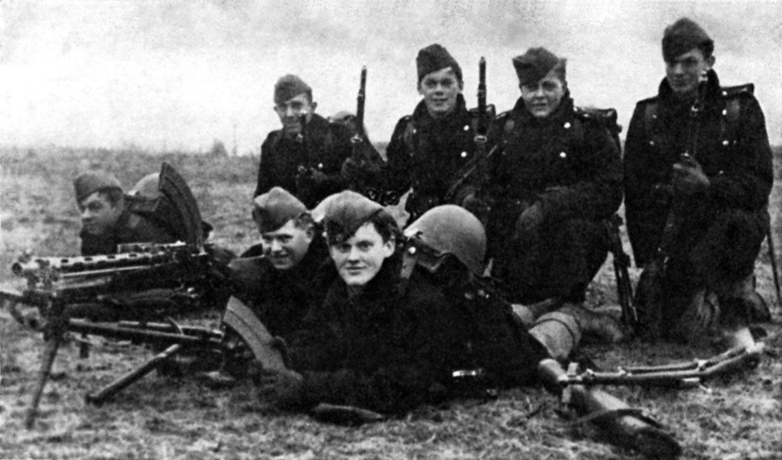 Druzyna dunskiej piechoty. Wedle legendy zdjecie zostalo zrobione rankiem 9 kwietnia 1940 r., a dwoch z zolnierzy nie przezylo tego dnia. Biorac jednak pod uwage czas trwania konfliktu i jakosc zdjecia, legenda jest malo prawdopodobna.