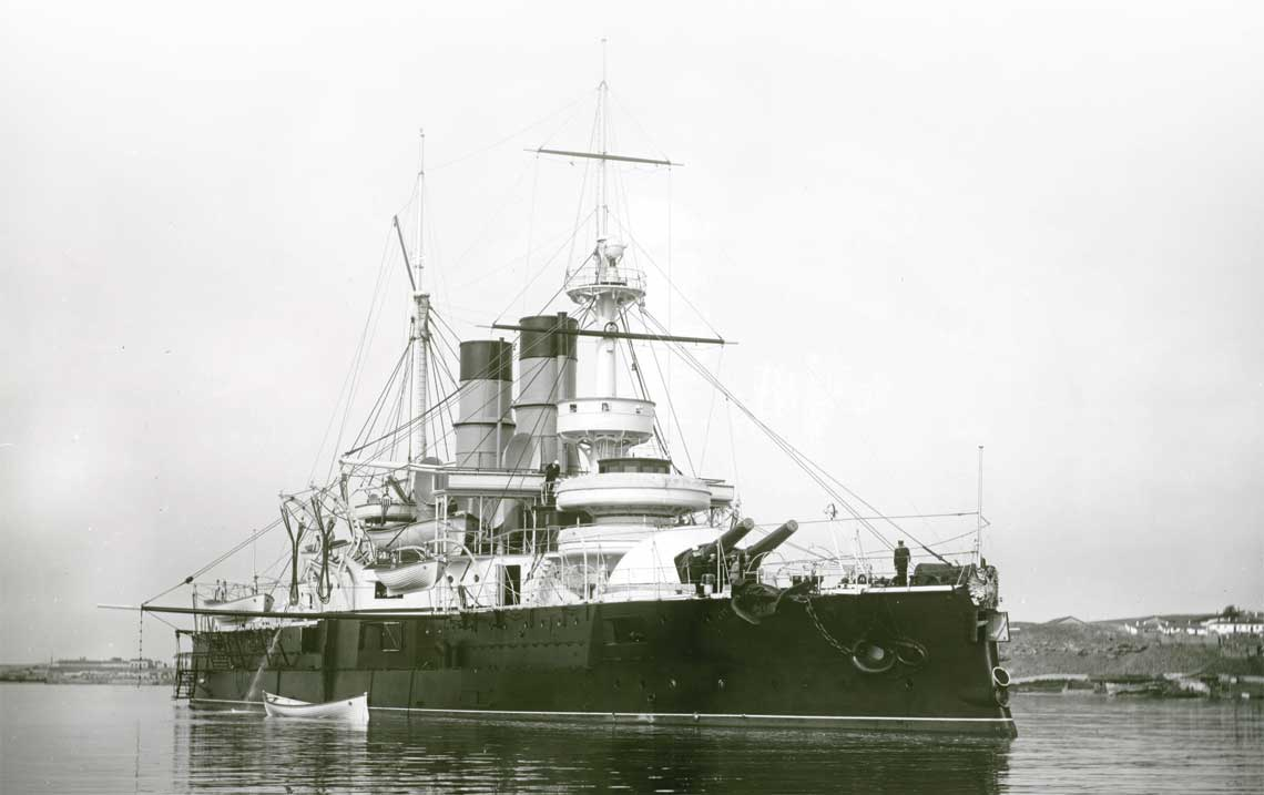 Unikalna fotografia z poczatku XX wieku pancernika Dwienadcat' Apostolow na redzie Sewastopola.