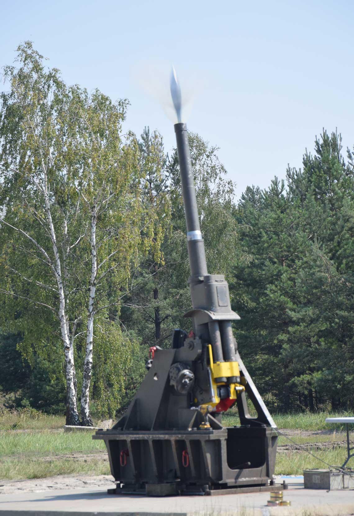 20sierpnia br., strzal 120mm pociskiem HE na poligonie w Nowej Debie w trakcie probnych strzelan, ktore zakonczyly etap badan konstrukcyjnych nowej amunicji.
