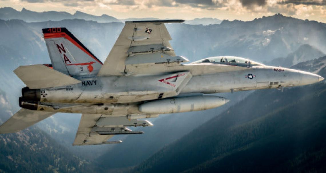 """F/A-18F z VFA-94 """"Mighty Shrikes"""" podczas lotu szkolnego. Fot. US Navy"""