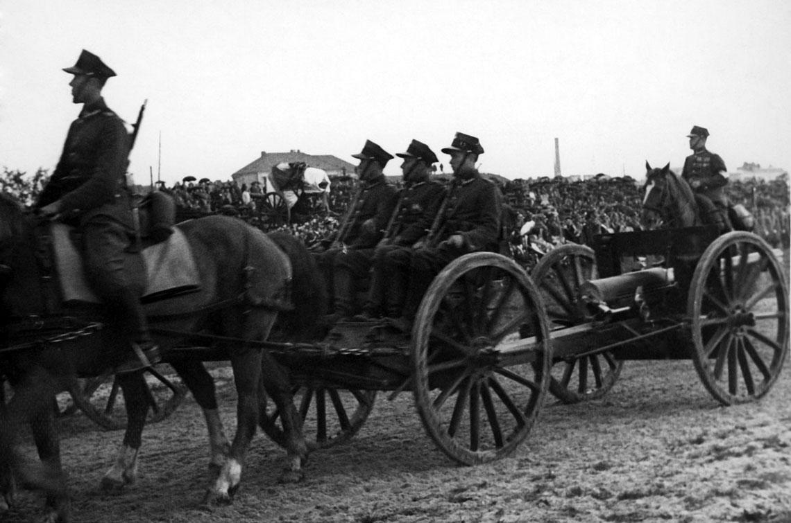 Zaprzezony dzialon artylerii lekkiej podczas defilady na Polu Mokotowskim w Warszawie 17 maja 1935 r. w ramach uroczystosci pogrzebowych po smierci Marszalka Pilsudskiego, pochodzacy z 1. pal Legionow z Wilna lub z 32. dal z Rembertowa.