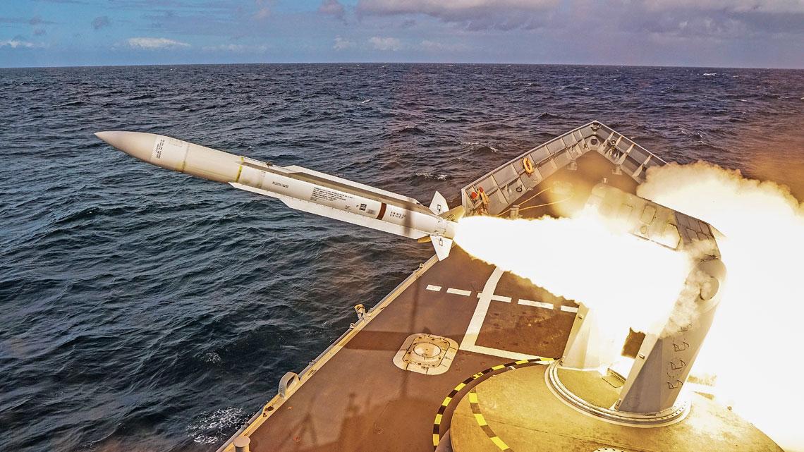 """Pierwszy """"polski"""" Standard-1 MR schodzi z wyrzutni na Pulaskim. RIM-66E jest ostatnia wersja starej generacji tych pociskow pozostajacych w uzyciu, ale tylko poza USA. Przykladowo, 20 lipca br. francuska Marine nationale odpalila dwie podobne rakiety z wyrzutni na fregacie Jean Bart typu F-70AA."""