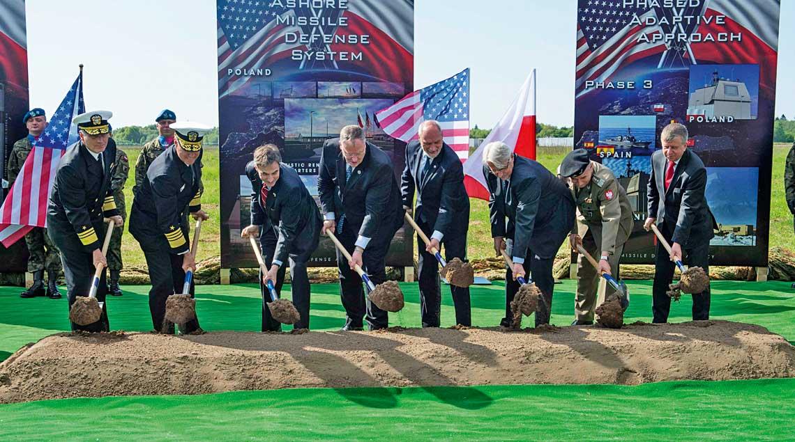 Bodaj najważniejszym elementem amerykanskiej obecnosci w Polsce jest budowana baza w Redzikowie, czesc systemu Aegis Ashore. Wedlug szefa Missile Defense Agency gen. Samuela Gravesa, przez opoznienia w budowie nie osiagnie ona gotowosci operacyjnej przed 2020 r. Na zdjeciu oficjalne rozpoczecie budowy bazy z udzialem polskich i amerykanskich oficjeli.