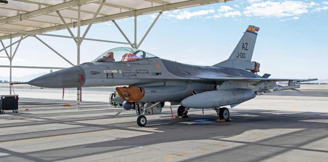 W Tucson nie ma schronow na samoloty, jak to jest w holenderskich bazach lotniczych. Dlatego holenderskie F-16 stoja  na otwartym powietrzu, pod oslonami przeciwslonecznymi, jak widoczny na zdjeciu J-010. Jest to samolot przydzielony  dowodcy dywizjonu, co jest napisane na ramie oslony kabiny. Fot. Niels Hoogenboom