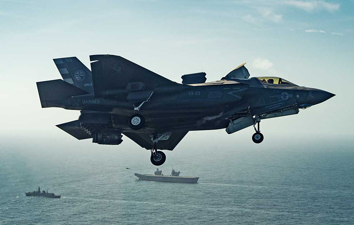 F-35B nalezacy do doswiadczalnego dywizjonu VX-23 US Marines przygotowuje sie do ladowania na lotniskowcu HMS Queen Elizabeth. Chociaż dwie biorące w probach maszyny nosily amerykanskie znaki przynależności panstwowej, za ich sterami zasiadali Brytyjczycy – komandor porucznik Nathan Gray z Royal Navy i major Andy Edgell z Royal Air Force, obaj nalezacy do Wielonarodowego Zespolu Testowego we wspomnianej jednostce, stacjonujacej w bazie US Navy Patuxent River.