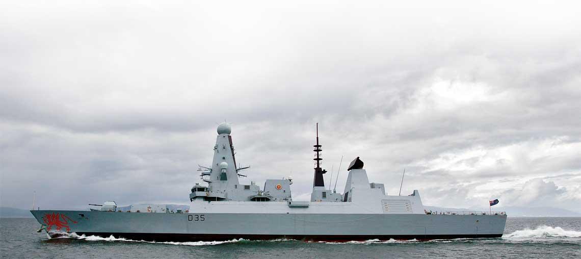 HMS Dragon pedzi po szkockiej zatoce Firth of Clyde w czasie koncowego etapu  prob morskich w 2011 r. Na jego dziobie byly wowczas namalowane dwa czerwone,  walijskie smoki –  Y Ddraig Goch, ktore pojawily sie tam za sprawa BAE Systems.  Niestety, tego rodzaju wyroznien Royal Navy nie  toleruje i oba usunieto wraz z wejsciem  okretu do sluzby.
