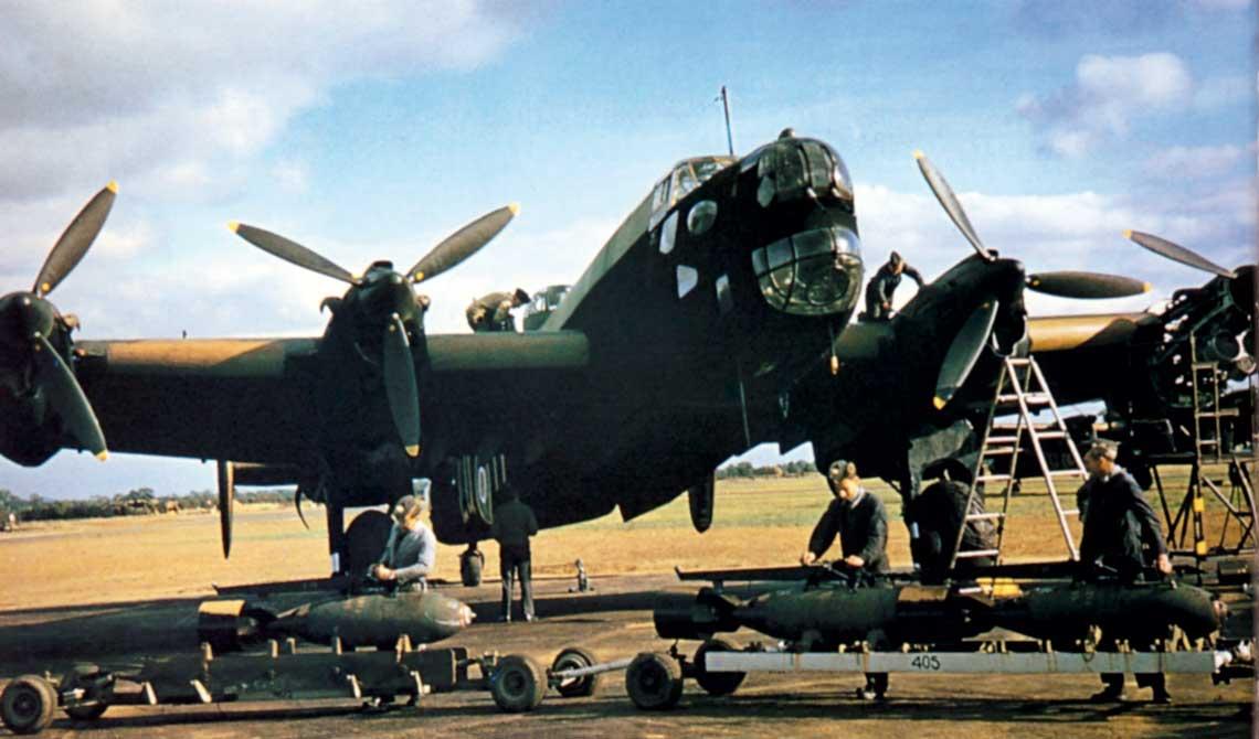 Pod koniec 1943 r. ciezkie samoloty bombowe Halifax (na zdjeciu) i Stirling zostaly z powodu wysokich strat wycofane z nalotow na Niemcy.