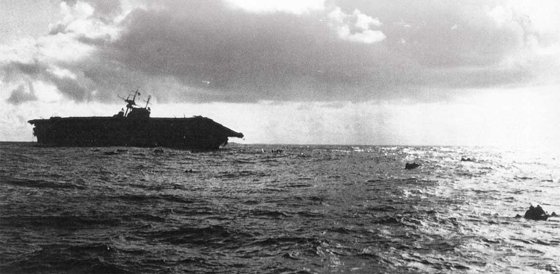 Lotniskowiec Hornet opuszczany przez zaloge poznym popoludniem 26 pazdziernika 1942 r.  Fot. NHHC