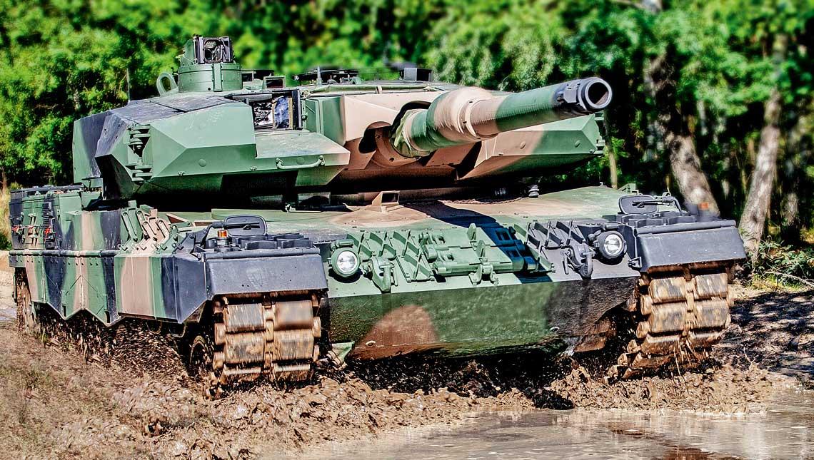 Prototypowy czolg Leopard 2PL podczas prob poligonowych. Na tym wozie zostal zamontowany pierwszy komplet przyrzadow celowniczo-obserwacyjnych zmodernizowanych z wykorzystaniem dostarczonych przez PCO S.A. kamer termowizyjnych KLW-1E i KLW-1P, a takze kamera cofania kierowcy KDN-1T. Za zestaw ten PCO S.A. zostało uhonorowane nagroda Defendera.