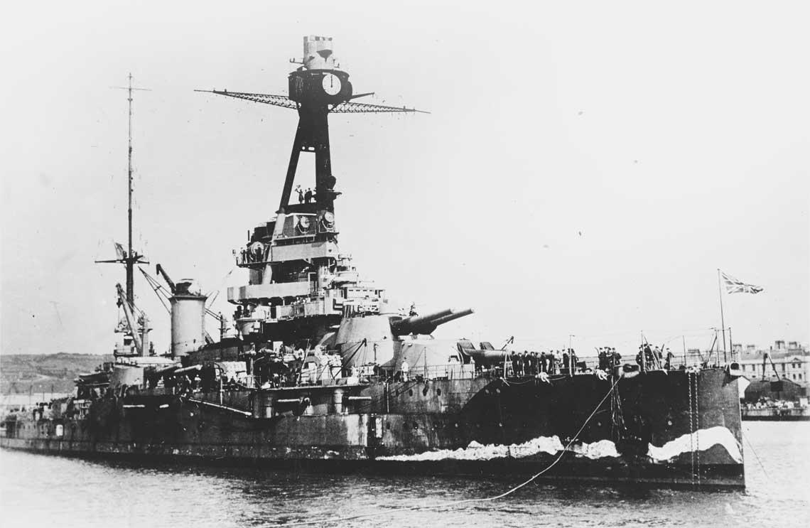 Pancernik Paris  w Plymouth w 1941 r. Uwage zwraca  namalowana na  dziobie falszywa  fala.