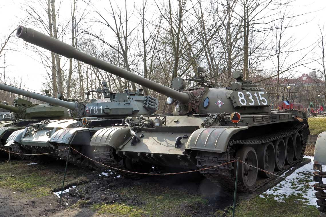 Polski T-55 z karabinem maszynowym DSzK kal. 12,7 mm i starszym typem gasienic.