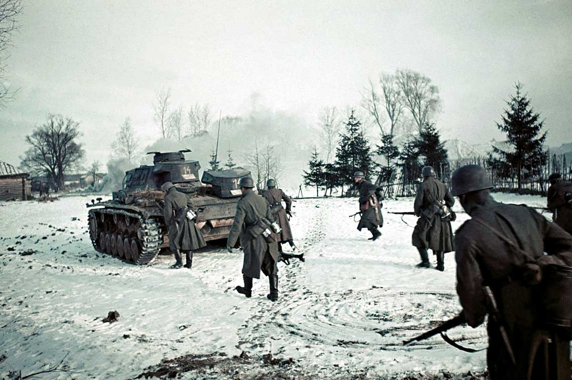 """PzKpfw III z armata 37 mm stanowily mniej niz 20% wszystkich zbudowanych """"trojek"""", ale w latach blitzkriegu czolgi tego typu odegraly wazna role, tworzac wraz z wczesnymi PzKpfw IV zasadnicza sile Panzerwaffe."""
