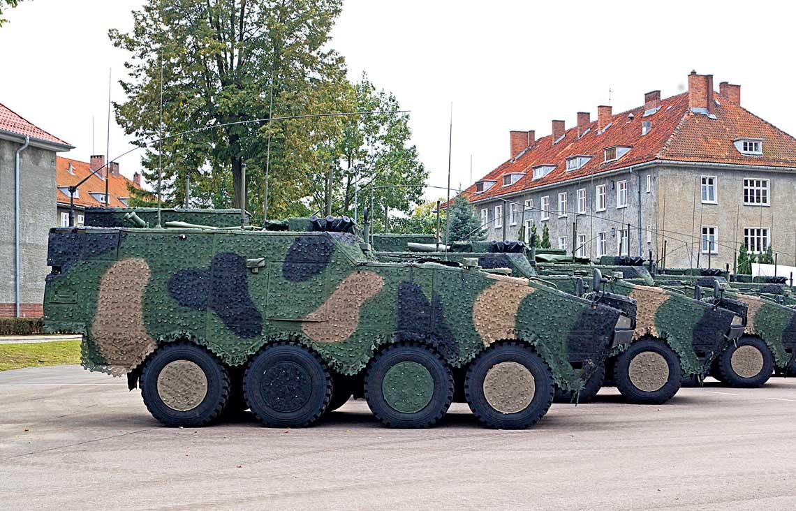 Siedem nowych wozow dowodzenia na bazie kolowych transporterow opancerzonych Rosomak przekazanych 2 pazdziernika br. Pulkowi Wsparcia Dowodzenia Dowodztwa Wielonarodowej Dywizji Polnocny-Wschod.