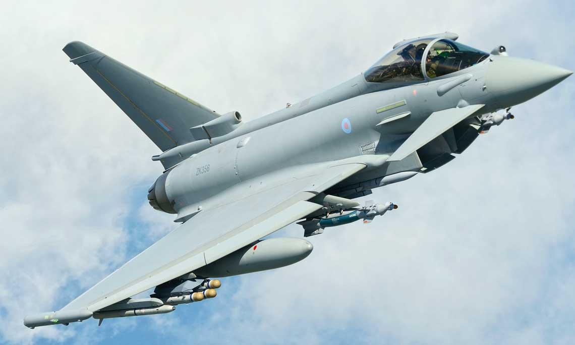 ZK356 to jeden z Typhoonow FGR.4 nalezacych formalnie do 41 Dywizjonu i wykorzystywanych przez BAE Systems do testow. Na zdjeciu samolot podczas prob uzbrojenia – dobrze widoczna potrojna wyrzutnia pociskow Brimstone oraz bomby Paveway IV. Fot. UK MOD