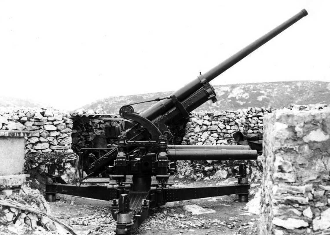 Umocnione stanowisko jednej z nielicznych armat 90 mm wyprodukowanej w wersji dla wojsk ladowych. Wskutek blednych decyzji do momentu wybuchu wojny w zasobach DAC znajdowalo się zaledwie kilkadziesiat egzemplarzy.