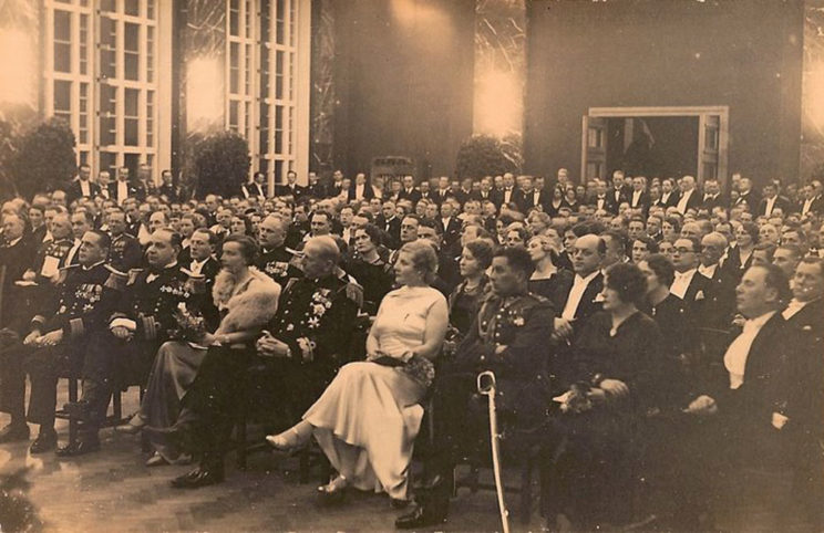 Akademia w 1934 r. w Gdyni. W środku siedzą: kadm. Józef Unrug z żoną Zofią, z lewej strony – kmdr dypl. Stefan Frankowski, pierwszy dowódca Obrony Wybrzeża Morskiego.