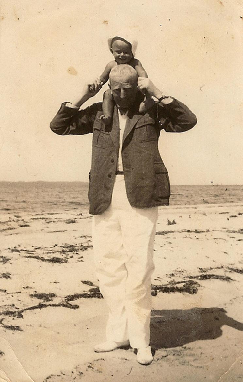 Wyjątkowe zdjęcie Józefa Unruga z rocznym synkiem Horacym (zm. w 2012 r.) na spacerze brzegiem morza, Rewa, sierpień 1931 r. Fot. zbiory Mariusza Borowiaka