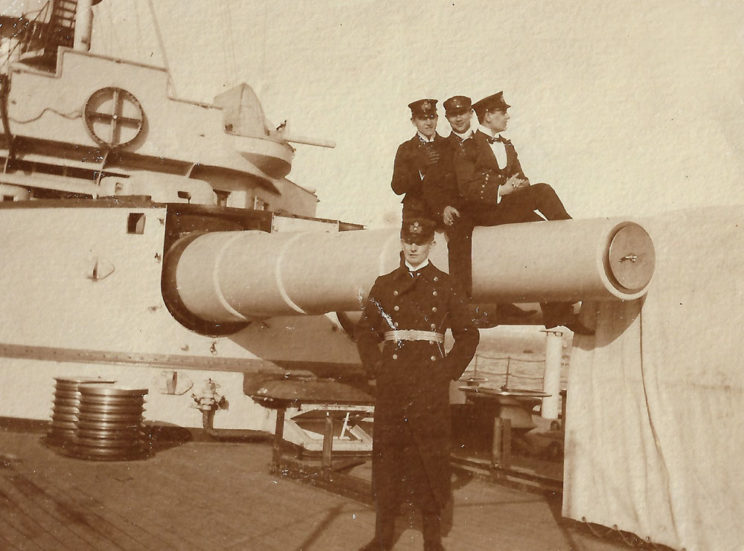 Chorąży Józef Unrug (na pierwszym planie) od 1 października 1906 do 12 kwietnia 1908 r. był oficerem wachtowym na okręcie liniowym Braunschweig, który wchodził w skład 2. Eskadry Hochseeflotte (Floty Pełnomorskiej). Fot. zbiory Mariusza Borowiaka