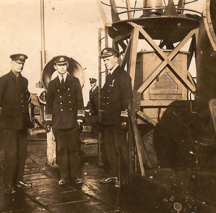 Od lewej stoją: kmdr por. Józef Unrug, kmdr Jerzy Świrski i kmdr por. Konstanty Jacynicz, pierwszy dowódca Dywizjonu Torpedowców, na pokładzie torpedowca ORP Krakowiak. Zdjęcie z 1921 r.