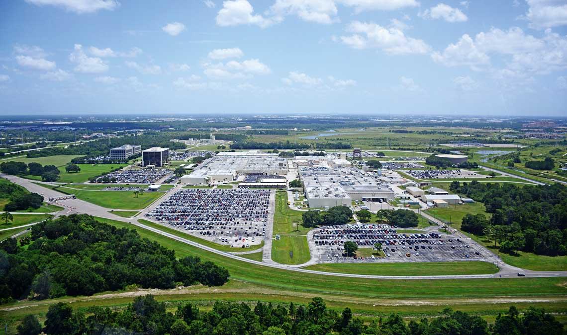 Amerykanski sektor zbrojeniowy otrzymał powazny cios w zwiazku z cieciami budzetu Departamentu Obrony wywolanymi mechanizmem sekwestracji. Chociaz nie bez strat, zwyciesko z tej opresji wyszly przede wszystkim firmy tzw. wielkiej piatki, tj. Lockheed Martin, Boeing, Raytheon, General Dynamics i Northrop Grumman. Na zdjeciu fabryka Lockheed Martin w Orlando na Florydzie.