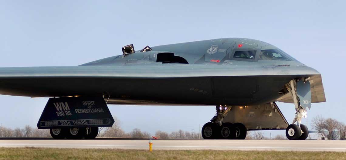 """Zbudowane w latach 40. latajace skrzydla Northropa nie znalazly wowczas zastosowania, ale skonstruowany 40 lat pozniej bombowiec B-2 do dzis jest jednym z symboli amerykanskiej potegi lotniczej. Na zdjeciu: B-2A o nazwie wlasnej """"Spirit of Pennsylvania"""" (nr ser. 93-1087)."""