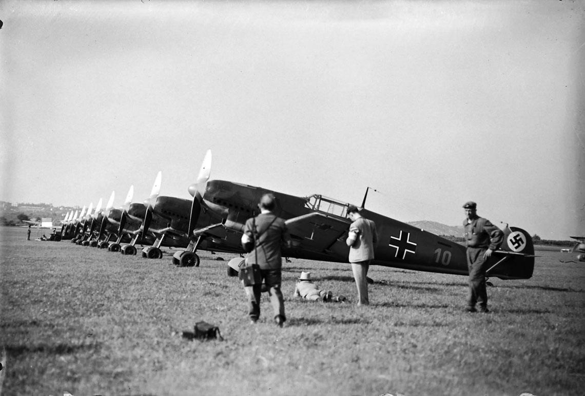 """Samoloty Messerschmitt Bf 109B z pulku mysliwskiego Jagdgeschwader 132 """"Manfred von Richthofen"""", ktory po kilku reorganizacjach stal sie w 1939 r. pulkiem Jagdgeschwader 26 """"Schlageter""""."""